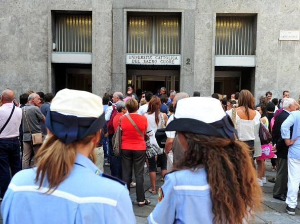 Code di genitori che aspettano i figli impegnati nel test di accesso a Medicina all'uscita dell'universit� Cattolica a Milano  (Fotogramma)