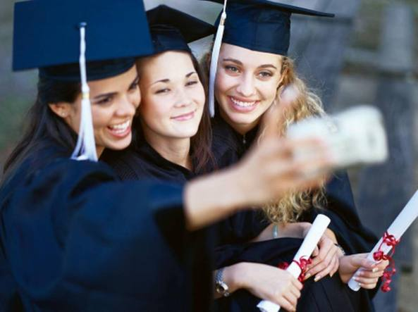 Studentesse americane si fanno un selfie alla cerimonia per la «graduation», l'equivalente della nostra laurea