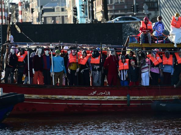 La protesta di Amnesty International ad Amsterdam (Afp)