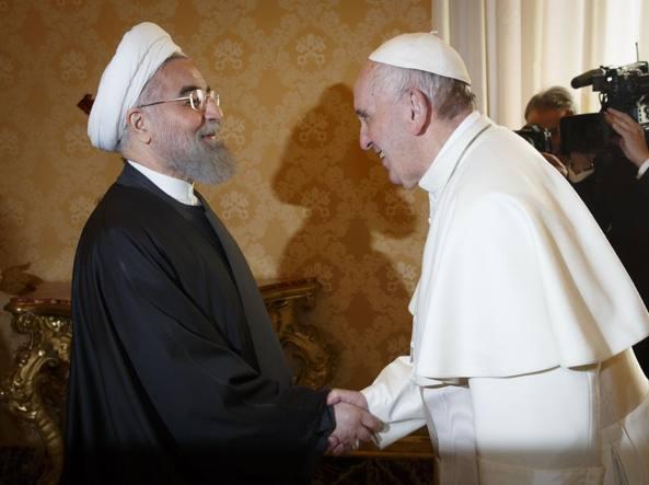 L'incontro tra il presidente iraniano Rouhani e papa Francesco in Vaticano (Imagoeconomica)