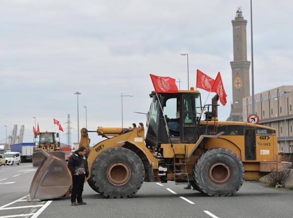 Gli operai dell'Ilva bloccano l'entrata dell'A12 a Sampierdarena (Ansa)