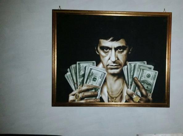 Il quadro di «Scarface» trovato a casa del capo della banda