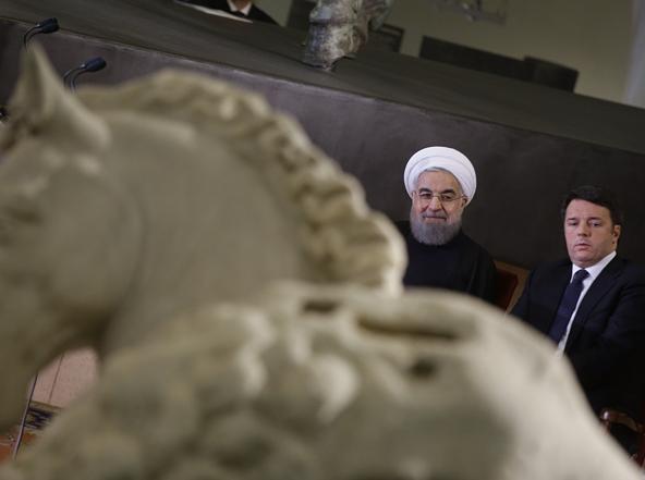 Il presidente iraniano Rouhani e il premier Renzi durante la visita in Campidoglio (Ap)