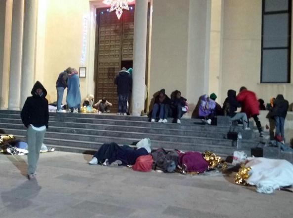 La protesta di un centinaio di eritrei davanti alla chiesa di Lampedusa.