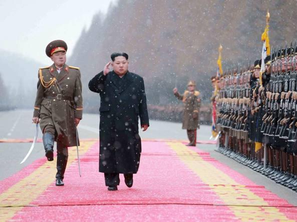 Kim Jong-un passa in rassegna l'esercito nordcoreano (Reuters)
