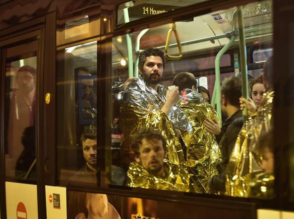 Alcuni dei sopravvissuti alla strage evacuati sui bus (Foto Epa)