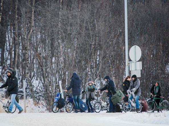 Alcuni rifugiati in bicicletta  arrivati in Norvegia dalla Russia