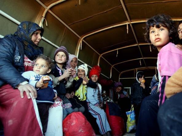 Rifugiati siriani entrano in Giordania dopo mesi passati al confine