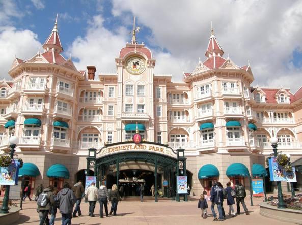 L'ingresso del parco Disneyland dai portici dell'omonimo hotel (foto Sala/Corriere)