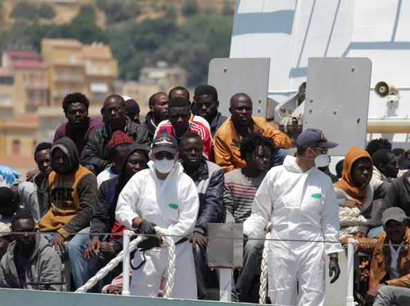 L'arrivo in banchina a  Porto Empedocle di 184 migranti soccorsi nel Canale di Sicilia