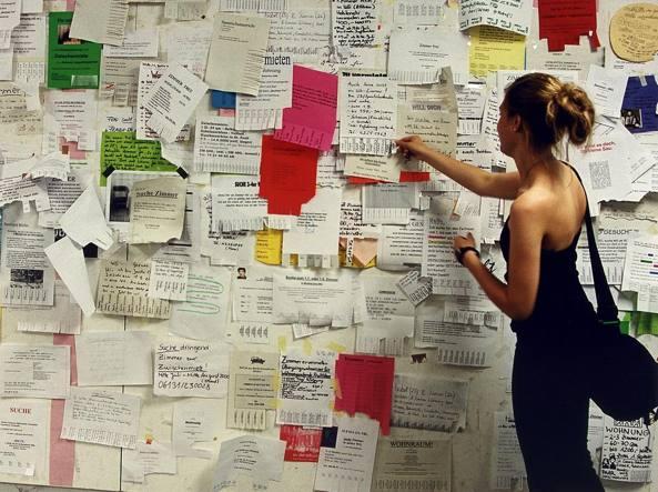 Una ragazza in Erasmus controlla gli annunci delle case