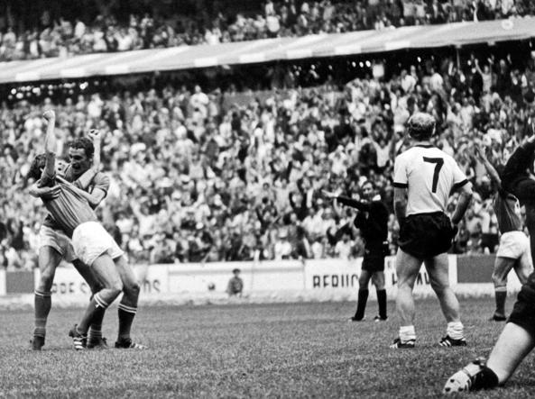 Rivera esulta dopo il gol del 4-3 alla Germania abbracciato da Riva a Mexico '70