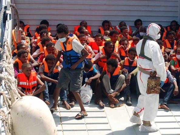 Migranti a Lampedusa (Ansa)