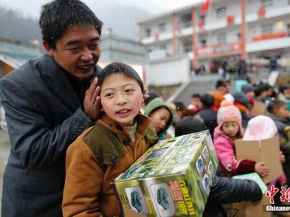 Un piccolo «liushou» festeggia con il padre (dal Quotidiano del Popolo)