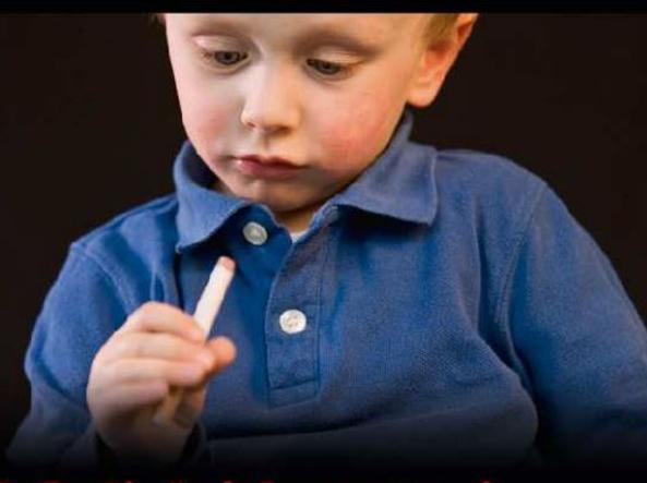Una delle immagini che troveremo su pacchetti di sigarette con testo di accompagnamento: «I figli dei fumatori hanno più probabilità di cominciare a fumare (foto Gazzetta ufficiale)