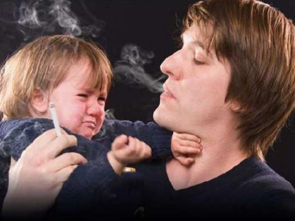 Una delle immagini che troveremo su pacchetti di sigarette  con testo di accompagnamento: «Il tuo fumo può nuocere ai tuoi figli, alla tua famiglia e ai tuoi amici»  (foto Gazzetta ufficiale)
