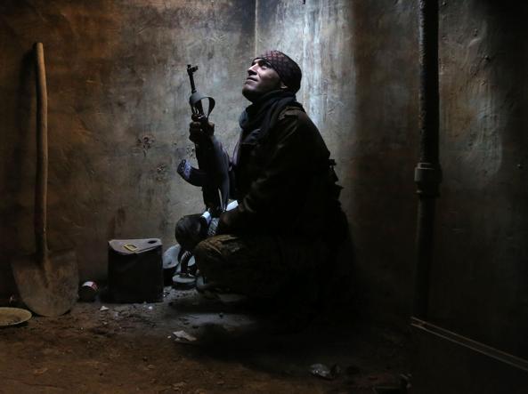 Un ribelle siriano ad Arbeen, la periferia di Damasco  che ancora controllano