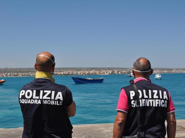 Agenti di polizia sul molo di Pozzallo  (Ansa)