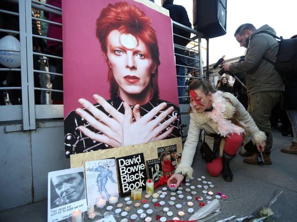 Un flash mob in memoria di Bowie a Milano (Fotogramma)