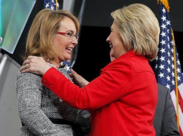 La candidata democratica Hillary Clinton con la parlamentare Gabby Giffords in Iowa (Reuters)