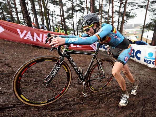 Femke Van Den Driessche ai mondiali di ciclocross a Zolder, in Belgio (Afp)