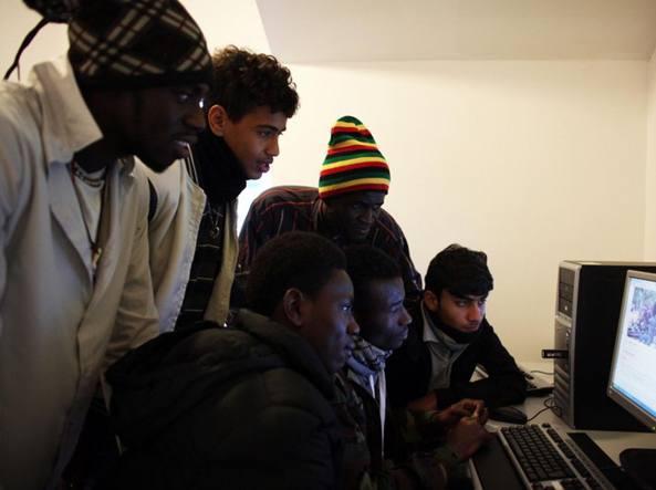 Migranti apprendono come usare la app (foto Luca Catalano Gonzaga - Vito Curatolo)