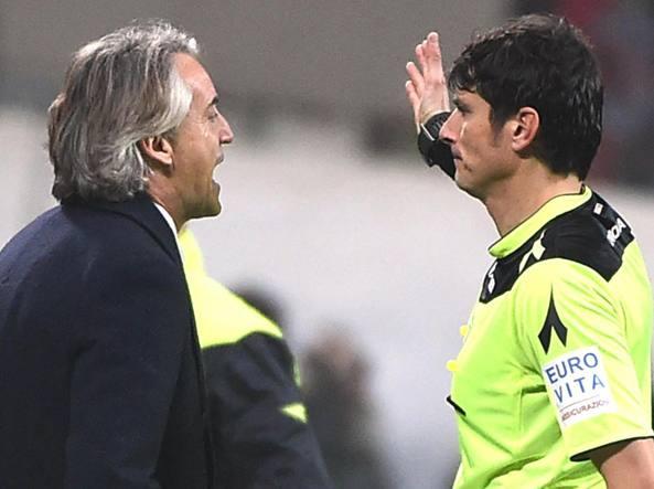 mancini e l'arbitro Damato (Ansa/Dal Zennaro)