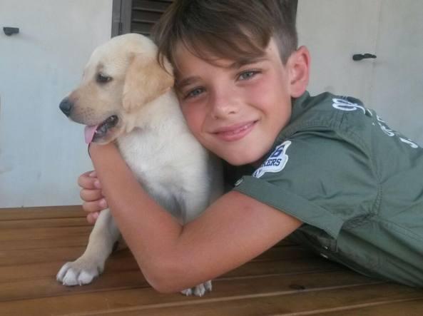 Andrea Arru,  8 anni, con la sua cagnolina Kelly