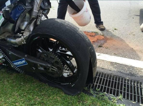 Lo pneumatico della Ducati di Baz completamente squarciato (Twitter)