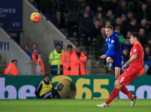 Jamie Vardy segna con una splendida volée il gol dell'1-o contro il Liverpool. Concluderà la sua serata con una doppietta (Pa Wire/Potts)