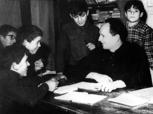 Un'immagine di don Lorenzo Milani con i suoi ragazzi a Barbiana. La scuola nata nel 1956, si sciolse nell'ottobre 1968, un anno dopo la morte del prete (Foto LaPresse)