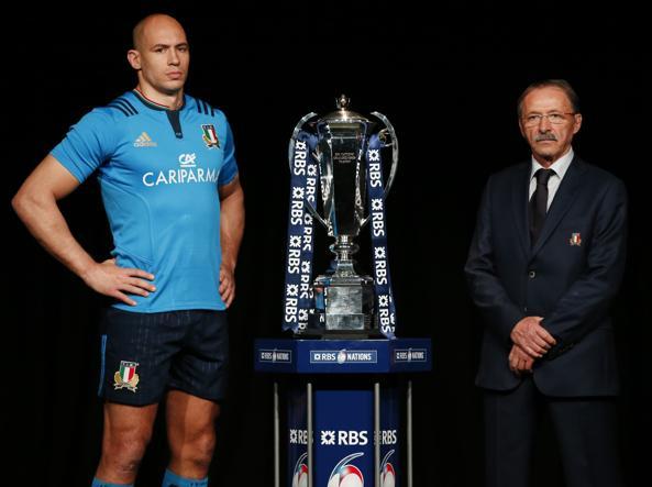 Il capitano azzurro Sergio Parisse e il ct, Jacques Brunel in posa con il trofeo del 6 Nazioni (Reuters)