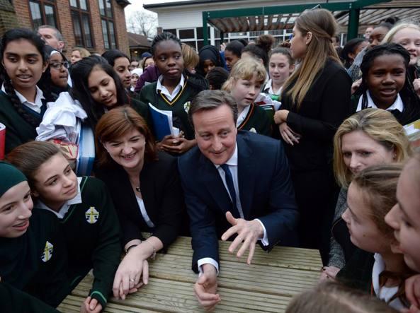Il premier David Cameron in visita a una scuola femminile di Londra (Afp/Andy Rain)