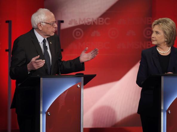 Hillary Clinton, 68 anni, e Bernie Sanders, 74, nel dibattito di Durham
