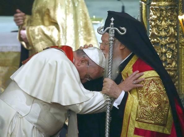 L'incontro col patriarca di Costantinopoli Bartolomeo I, avvenuto a Istanbul a novembre del 2014 (Reuters)