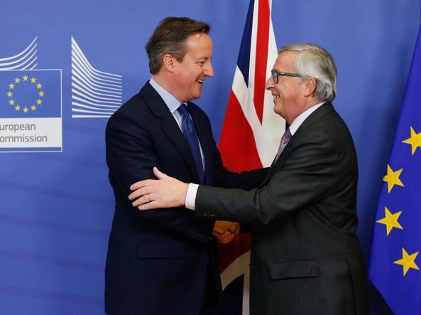 Il presidente della Commissione Ue Jean-Claude Juncker (a sinistra) e il premier britannico David Cameron