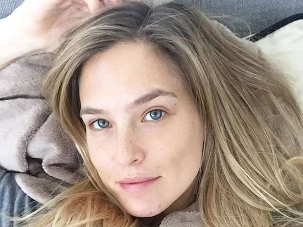 La modella Bar Refaeli in un selfie senza trucco (Instagram)