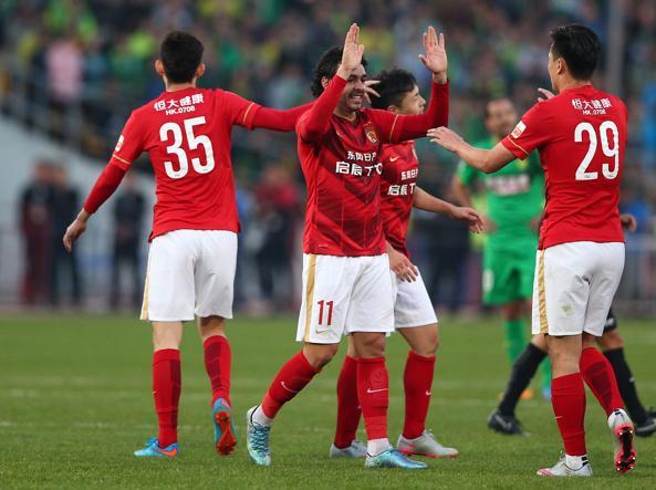 I giocatori del Guangzhou Evergrande festeggiano la vittoria del campionato, lo scorso ottobre (Afp)