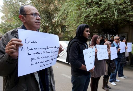 Il sit-in per Giulio Regeni all'ambasciata italiana del Cairo (Reuters/El Ghany)
