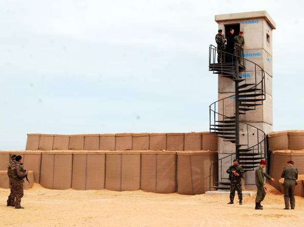 La barriera difensiva costruita dalla Tunisia al confine con la Libia (Ap)