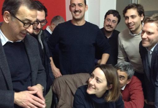 Giuseppe Sala, attorniato dal suo staff, attende i risultati definitivi  (twitter/Omnimilano)