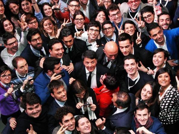 Il premier Matteo Renzi tra i giovani della scuola politica del Pd