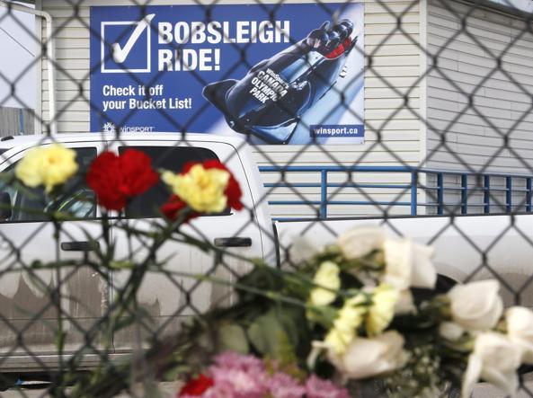 Fiori fuori dall'impianto olimpico in ricordo delle vittime (Ap)