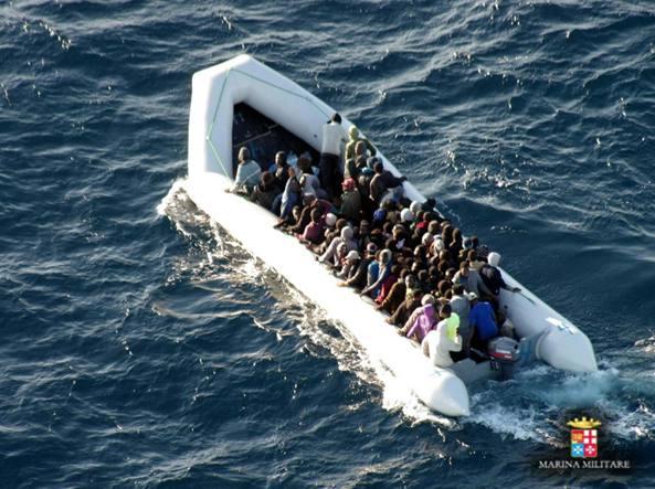 Un salvataggio nel Mediterraneo effettuato dalla Marina militare