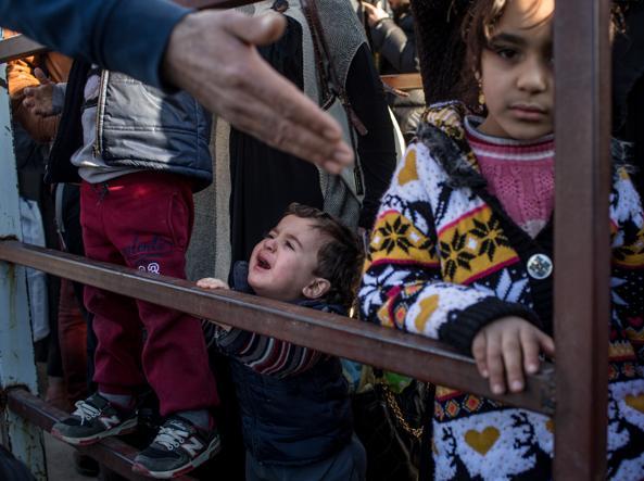 Bimbi in attesa al confine tra Turchia e Siria (Getty)