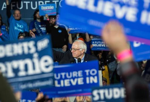 Bernie Sanders attorniato dai suoi supporters in New Hampshire (Afp)