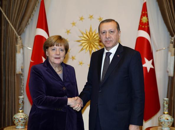 La cancelliera tedesca Angela Merkel con il presidente turco Recep Tayyip Erdogan  (Afp)