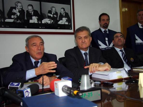 In una foto del 2012, l'attuale presidente del Senato Pietro Grasso e allora procuratore nazionale antimafia. E a destra  l'ex procuratore capo di Caltanissetta, Sergio Lari, durante una conferenza stampa , sugli sviluppi dell'inchiesta sulla strage di Via D'Amelio a Palermo (Ansa)