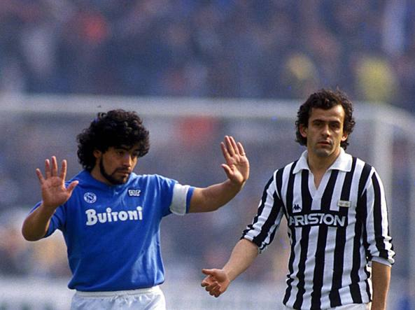 Diego Armando Maradona  e Michel Platini hanno animato  le grandi sfide fra Juventus e Napoli degli anni Ottanta. L'argentino,  classe 1960,  ha giocato  con i partenopei dal 1984 al 1991, per un totale  di 188 partite realizzando  81 reti: �El Pibe� ha vinto  due scudetti  (1986-87 e 1989-90).  Il francese  ha invece vestito   il bianconero  per 146 volte  segnando 68 gol dal 1982 al 1987: anche per lui due scudetti:  1983-84 e 1985-86. Oggi ha 60 anni (Sestini)