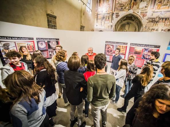 Volontari presso l'ex chiesa della Maddalena a Bergamo per «BergamoScienza» (FotogrammaBergamo)